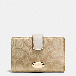 COACH MEDIUM CORNER ZIP WALLET IN SIGNATURE - IMITATION GOLD/LIGHT KHAKI/CHALK - F53562