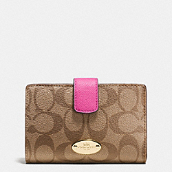 COACH MEDIUM CORNER ZIP WALLET IN SIGNATURE - IMITATION GOLD/KHAKI/DAHLIA - F53562