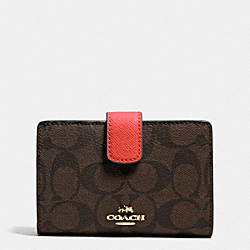 COACH MEDIUM CORNER ZIP WALLET IN SIGNATURE - IMITATION GOLD/BROWN/CARMINE - F53562