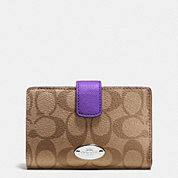 COACH MEDIUM CORNER ZIP WALLET IN SIGNATURE - SILVER/KHAKI/PURPLE IRIS - F53562
