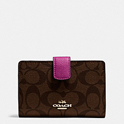 COACH MEDIUM CORNER ZIP WALLET IN SIGNATURE - IMITATION GOLD/BROWN/FUCHSIA - F54023