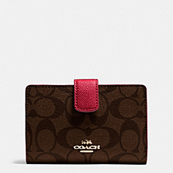 COACH MEDIUM CORNER ZIP WALLET IN SIGNATURE - IMITATION GOLD/BROWN TRUE RED - F54023