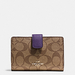 COACH MEDIUM CORNER ZIP WALLET IN SIGNATURE - IMITATION GOLD/KHAKI AUBERGINE - F54023