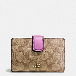 COACH MEDIUM CORNER ZIP WALLET IN SIGNATURE - IMITATION GOLD/KHAKI/HYACINTH - F54023
