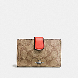 MEDIUM CORNER ZIP WALLET IN SIGNATURE COATED CANVAS - SILVER/KHAKI - COACH F54023