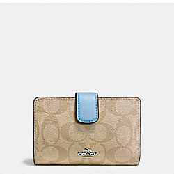COACH MEDIUM CORNER ZIP WALLET IN SIGNATURE COATED CANVAS - SILVER/LIGHT KHAKI - F54023