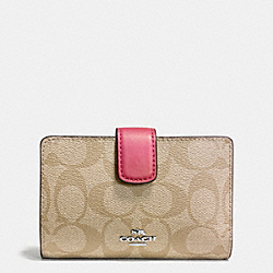 COACH MEDIUM CORNER ZIP WALLET IN SIGNATURE - SILVER/LIGHT KHAKI/STRAWBERRY - F54023