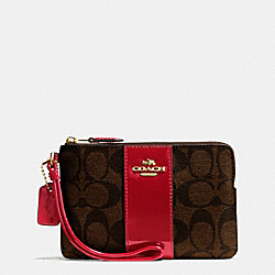 COACH BOXED CORNER ZIP WRISTLET IN SIGNATURE - IMITATION GOLD/BROW TRUE RED - F54460