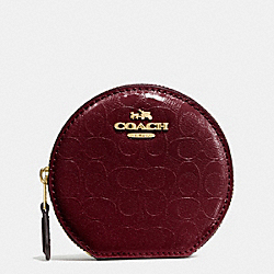 COACH ROUND COIN CASE IN SIGNATURE DEBOSSED PATENT LEATHER - IMITATION GOLD/OXBLOOD 1 - F54840