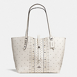 MARKET TOTE IN PEBBLE LEATHER WITH BANDANA RIVETS - f55633 - DARK GUNMETAL/CHALK