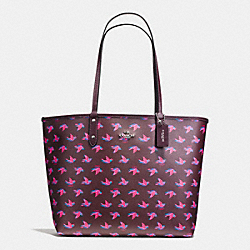 REVERSIBLE CITY TOTE IN HAPPY BIRD PRINT CANVAS - f55870 - SILVER/BURGUNDY MULTI OXBLOOD 1