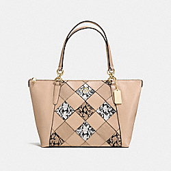 AVA TOTE IN SNAKE EMBOSSED PATCHWORK - f57510 - IMITATION GOLD/BEECHWOOD MULTI