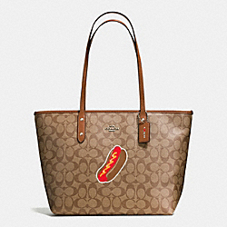 COACH NYC HOT DOG CITY ZIP TOTE IN SIGNATURE - SILVER/KHAKI/SADDLE - F57613