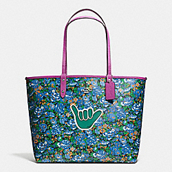 REVERSIBLE CITY TOTE IN ROSE MEADOW PRINT COATED CANVAS - f57667 - SILVER/BLUE MULTI HYACINTH