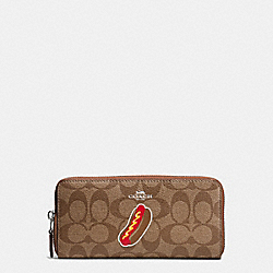 COACH NYC HOT DOG SLIM ACCORDION ZIP WALLET IN SIGNATURE - SILVER/KHAKI/SADDLE - F57823