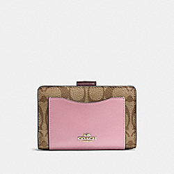 COACH MEDIUM CORNER ZIP WALLET IN COLORBLOCK SIGNATURE - IMITATION GOLD/KHAKI OXBLOOD MULTI - F57824
