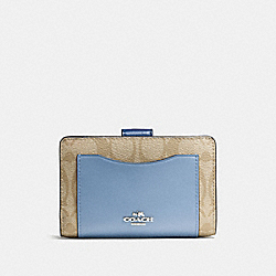COACH MEDIUM CORNER ZIP WALLET IN COLORBLOCK SIGNATURE - SILVER/KHAKI/BLUE MULTI - F57824