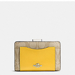 COACH MEDIUM CORNER ZIP WALLET IN COLORBLOCK SIGNATURE - SILVER/LT KHAKI - F57824
