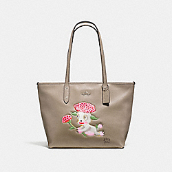 BASEMAN X COACH LOU CITY ZIP TOTE IN PEBBLE LEATHER - f57911 - SILVER/FOG
