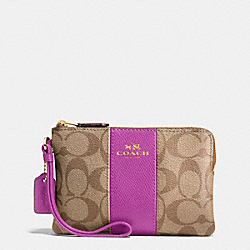 COACH CORNER ZIP WRISTLET IN SIGNATURE COATED CANVAS WITH LEATHER STRIPE - IMITATION GOLD/KHAKI/HYACINTH - F58035