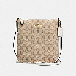 NORTH/SOUTH CROSSBODY IN OUTLINE SIGNATURE JACQUARD - f58421 - IMITATION GOLD/LIGHT KHAKI/CHALK