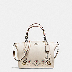 SMALL KELSEY SATCHEL IN PEBBLE LEATHER WITH STUDDED BORDER EMBELLISHMENT - f59348 - SILVER/CHALK