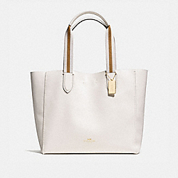 COACH LARGE DERBY TOTE IN PEBBLE LEATHER WITH STRIPE WEBBING - IMITATION GOLD/CHALK - F59399