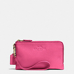 COACH DOUBLE CORNER ZIP WRISTLET IN PEBBLE LEATHER - IMITATION GOLD/DAHLIA - F64130