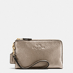 COACH DOUBLE CORNER ZIP WRISTLET IN PEBBLE LEATHER - LIGHT GOLD/METALLIC - F64130