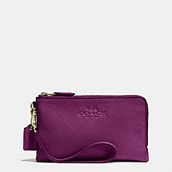 COACH DOUBLE CORNER ZIP WRISTLET IN PEBBLE LEATHER - IMITATION GOLD/PLUM - F64130