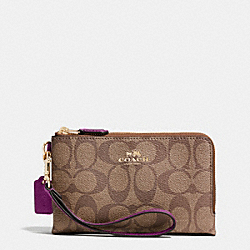 COACH DOUBLE CORNER ZIP WRISTLET IN SIGNATURE - IMITATION GOLD/KHAKI/PLUM - F64131