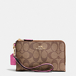 COACH DOUBLE CORNER ZIP WRISTLET IN SIGNATURE - IMITATION GOLD/KHAKI/DAHLIA - F64131