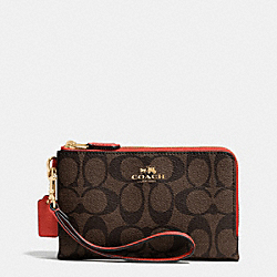 COACH DOUBLE CORNER ZIP WRISTLET IN SIGNATURE - IMITATION GOLD/BROWN/CARMINE - F64131