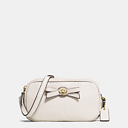 COACH TURNLOCK BOW CROSSBODY POUCH IN PEBBLE LEATHER - IMITATION GOLD/CHALK - F64248