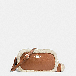 COACH CROSSBODY POUCH IN LEATHER AND SHEARLING - IMITATION GOLD/SADDLE/NATURAL - F64706