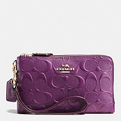 COACH DOUBLE CORNER ZIP WRISTLET IN DEBOSSED SIGNATURE LEATHER - IMITATION GOLD/PLUM - F65219