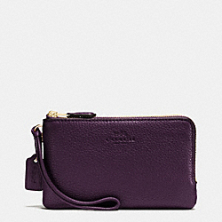COACH DOUBLE CORNER ZIP WRISTLET IN PEBBLE LEATHER - IMITATION GOLD/AUBERGINE - F66505