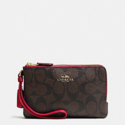 COACH DOUBLE CORNER ZIP WRISTLET IN SIGNATURE - IMITATION GOLD/BROWN TRUE RED - F66506