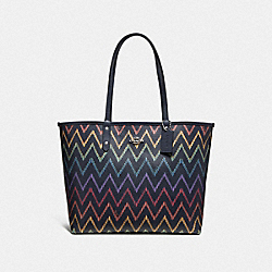 REVERSIBLE CITY TOTE WITH GEO CHEVRON PRINT - MIDNIGHT MULTI/MIDNIGHT/SILVER - COACH F66908