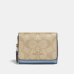 SMALL TRIFOLD WALLET IN COLORBLOCK SIGNATURE CANVAS - LIGHT KHAKI/MULTI/IMITATION GOLD - COACH F67544