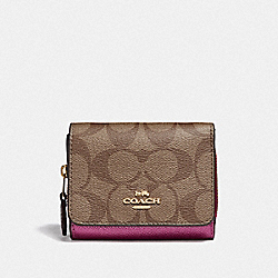 SMALL TRIFOLD WALLET IN COLORBLOCK SIGNATURE CANVAS - KHAKI MULTI /IMITATION GOLD - COACH F67544
