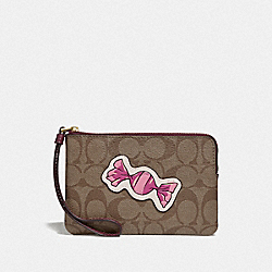 CORNER ZIP WRISTLET IN SIGNATURE CANVAS WITH MOTIF - KHAKI/GOLD - COACH F73584