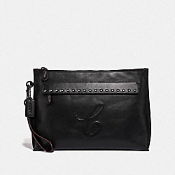CARRYALL POUCH WITH SIGNATURE MOTIF AND STUDS - QB/BLACK - COACH F76968