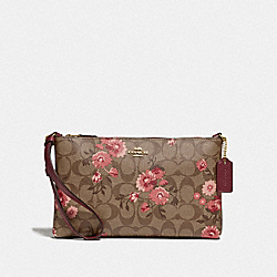 LARGE WRISTLET 25 IN SIGNATURE CANVAS WITH PRAIRIE DAISY CLUSTER PRINT - KHAKI CORAL MULTI/IMITATION GOLD - COACH F78846
