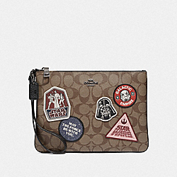 STAR WARS X COACH GALLERY POUCH IN SIGNATURE CANVAS WITH PATCHES - QB/KHAKI MULTI - COACH F88545