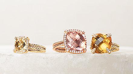 Châtelaine®黄水晶和钻石18K黄金戒指,以及绿柱石和镶钻18K玫瑰金戒指置于一块白色石头上。