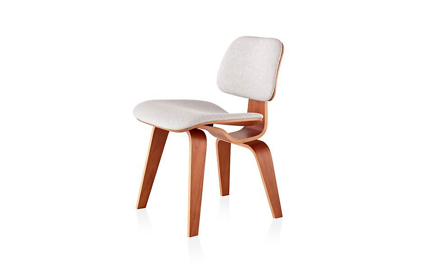 De Eames Stoel : Eames molded plywood dining chair with wood base upholstered