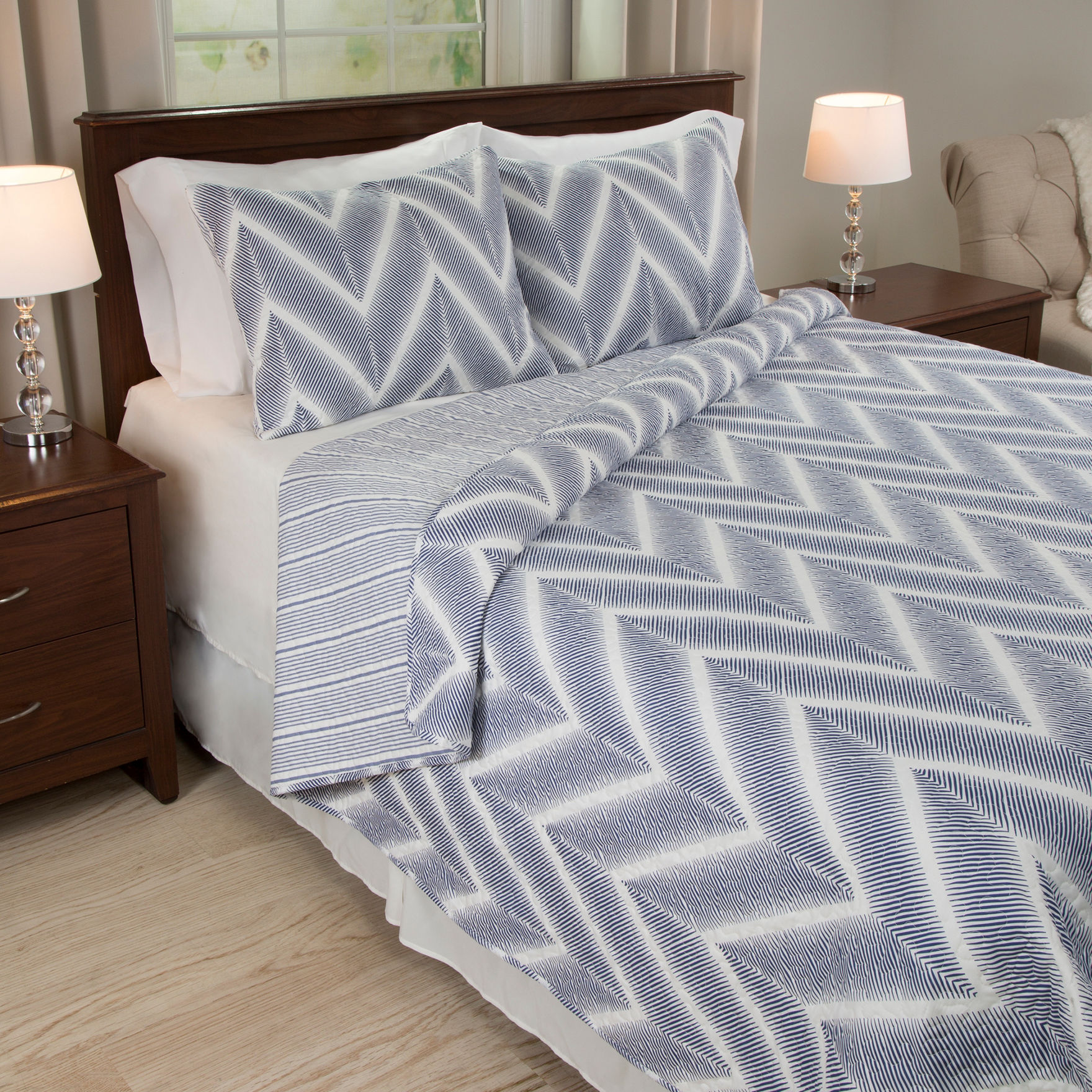 Lavish Home Navy / White Quilts & Quilt Sets