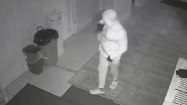 Police Search for Man Who Robbed Long Island City Mosque