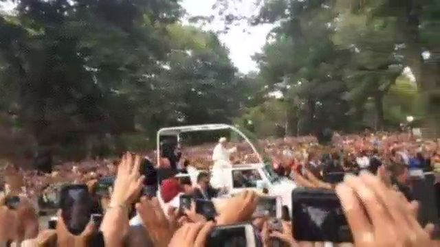 Papal Motorcade, Cheered by Thousands, Passes Through Central Park